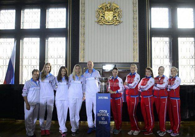Uspějí ve finále Fed Cupu Češky (v bílém), nebo Rusky?