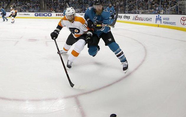 Útočník Philadelphie Flyers Jakub Voráček se žene za pukem spolu s obráncem San Jose Sharks Paulem Martinem. Voráček se v utkání NHL prosadil, přihrál na tři branky.