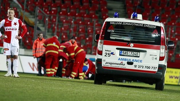 Pro zraněného útočníka Slavie Riste Naumova musela na hrací plochu přijet sanitka.