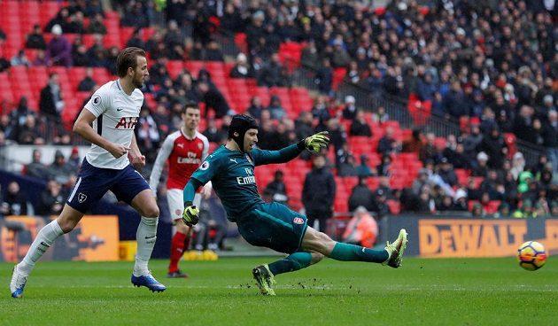 Harry Kane z Tottenhamu dotírá na brankáře Arsenalu Petra Čecha.