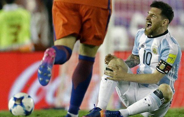 Argentinec Lionel Messi byl několikrát terčem nevybíravých zákroků ze strany Chilanů v utkání kvalifikace o postup na MS 2018. Messi pak sudím vyčinil, že měli soupeře víc trestat.