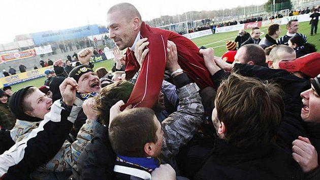Tomáš Řepka na ramenou sparťanských fanoušků po silvestrovském derby se Slavií.