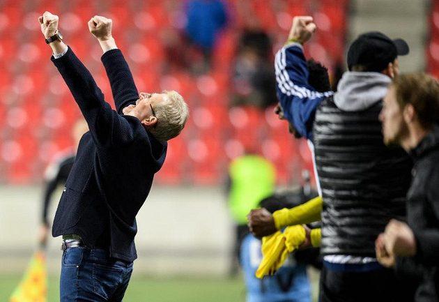 Trenér Zlína Vlastimil Petržela oslavuje vítězství na Slavii.
