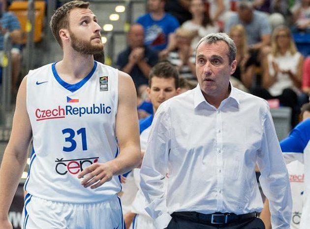 Trenér basketbalové reprezentace Ronen Ginzburg (uprostřed), Martin Kříž (vlevo) a Jiří Welsch.