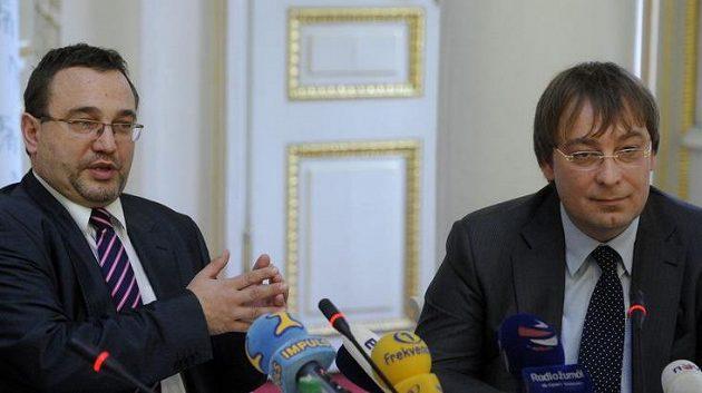 Ministr školství, mládeže a tělovýchovy Josef Dobeš (vlevo) a prezident Českého svazu motocyklového sportu (ČSMS) Karel Abraham.