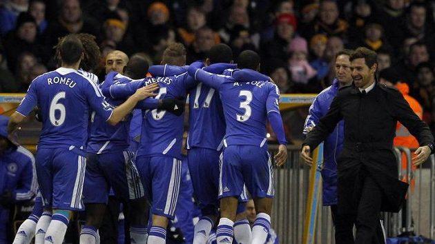 Fotbalisté Chelsea se radují s trenérem Villasem-Boasem (vpravo) z branky.