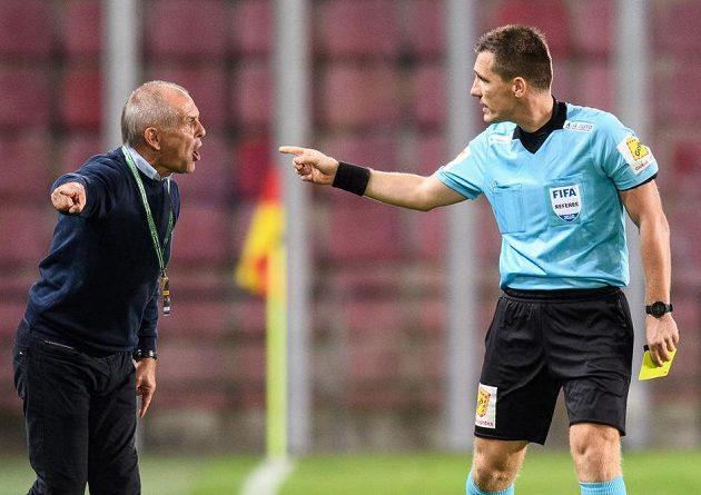Trenér Jablonce Petr Rada a rozhodčí Ondřej Pechanec během utkání.