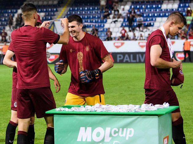 Tu máš něco na krk...! Dávid Hancko ze Sparty a brankář Florin Nita si sami udělují medaile během oslav vítězství po finále MOL Cupu v Liberci.