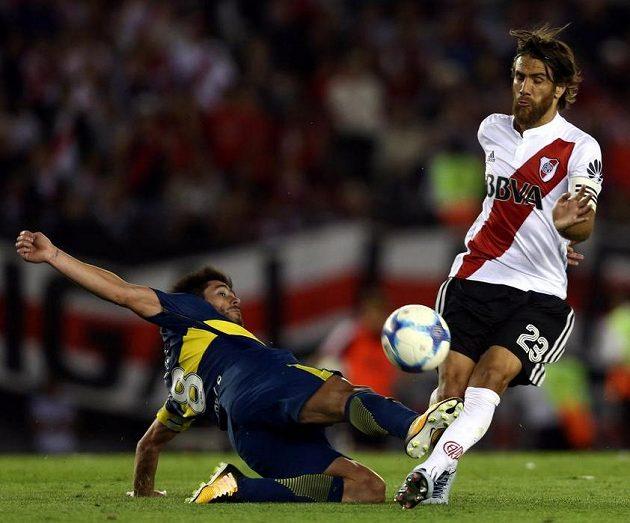 Zleva Pablo Perez z Boca Juniors a Leonardo Ponzio z River Plate.