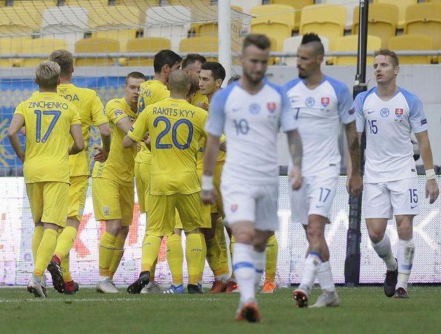Ukrajinci slaví Jarmolenkův vítězný gól.