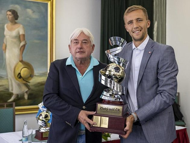 Fotbalista Tomáš Souček převzal Zlatý míč. Na snímku vlevo jeho agent Pavel Paska.