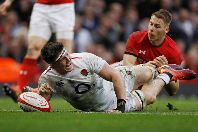 Je tam! Angličan Tom Curry skóruje proti Walesu.