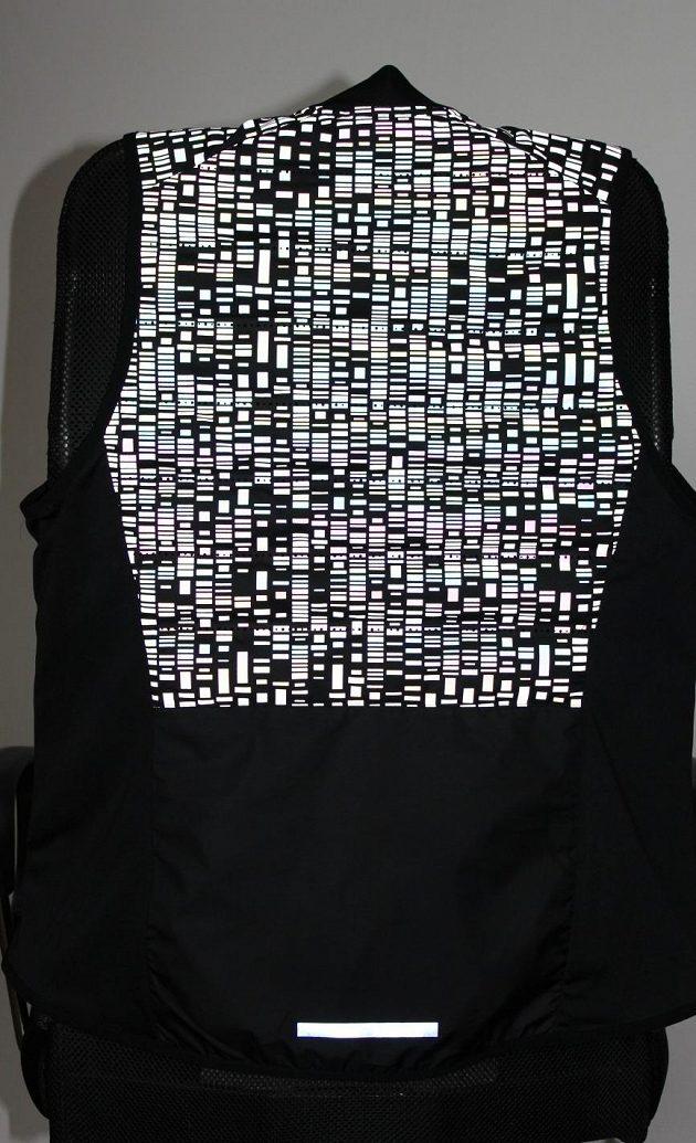 Vesta Nike Aeroloft Flash: Zpředu i zezadu jsou stovky malých odrazek.