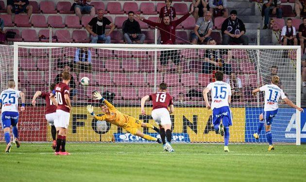 Nemanja Kuzmanovič z Baníku Ostrava proměňuje nařízenou penaltu, brankář Sparty Praha Milan Heča se natahuje marně.