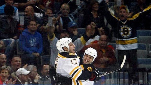 Radost Lucice z Bostunu (vlevo) z prvního gólu proti Phoenixu ve druhém pražském utkání NHL.