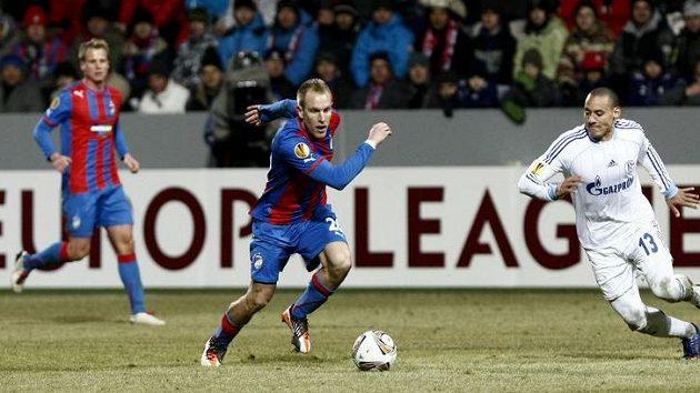 Plzeňský Daniel Kolář (uprostřed) bojuje o míč s Jermainem Jonesem ze Schalke 04.