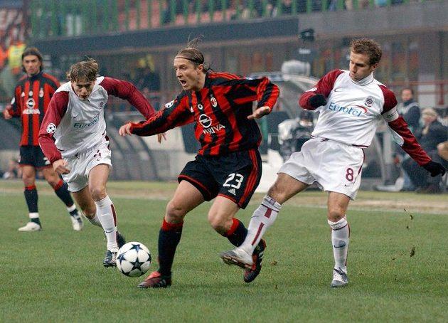 Pavel Pergl (vlevo) a Karel Poborský ze Sparty a Massimo Ambrosini z AC Milan během utkání Ligy mistrů v březnu 2004 na stadiónu San Siro.