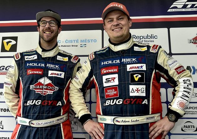 Jezdci týmu Buggyra Racing - Adam Lacko (vpravo) a Brit Oly Janes.