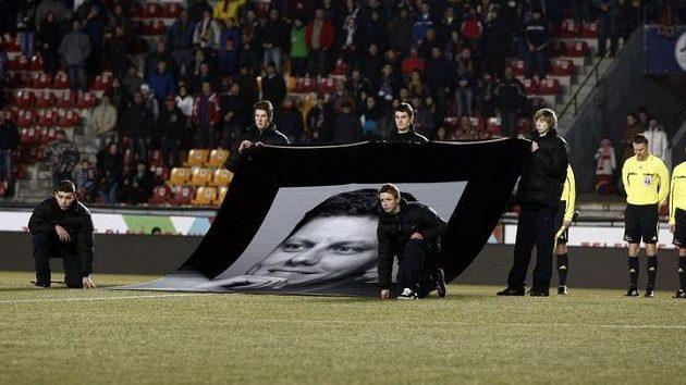 Všichni přítomní před zápasem Sparty se Slováckem uctili památku zesnulého Lukáše Přibyla.