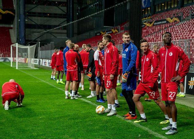 Fotbalisté Slavie před tréninkem v Kodani.