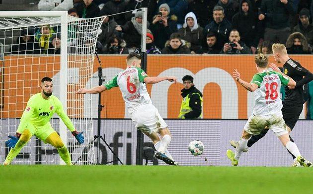 Český brankář Augsburgu Tomáš Koubek dělal co mohl, nakonec ale v bundesligové bitvě s Dortmundem inkasoval pětkrát.