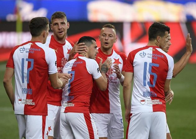 Hráči Slavie se radují z gólu, uporstřed je střelec Nicolae Stanciu.