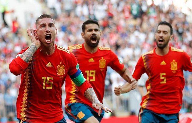 Španěl Sergio Ramos (vlevo) slaví vlastní gól Rusa Ignaševiče.