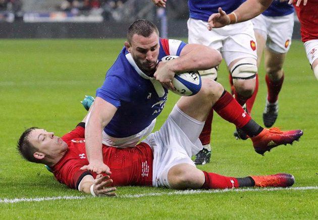 Francouz Louis Picamoles skóruje proti Walesu.
