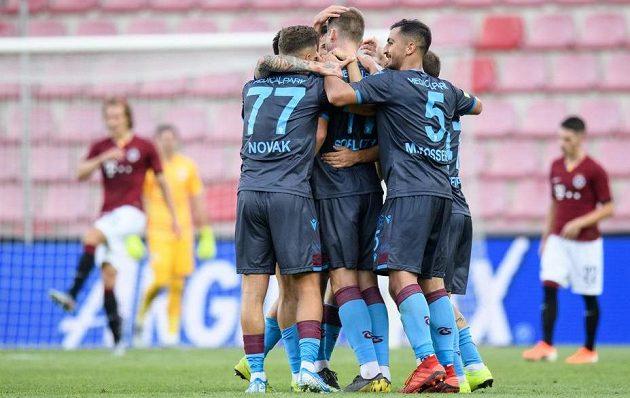 Fotbalisté Trabzonsporu oslavují gól na 2:2 během utkání 3. předkola Evropské ligy na Letné.