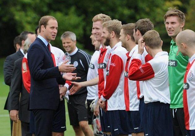 Fotbalisté klubu Civil Service FC ve společnosti prince Williama.