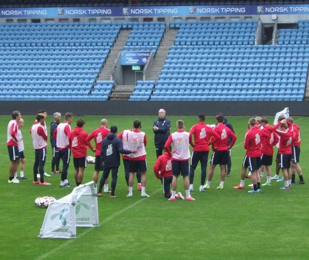 Trenér Lars Lagerbäck mluví k hráčům během tréninku norské reprezentace.