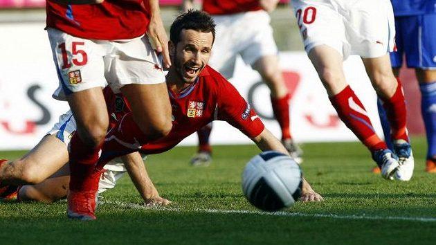 Tomáš Sivok na zemi po jednom ze soubojů s lichtenštejnskými fotbalisty.