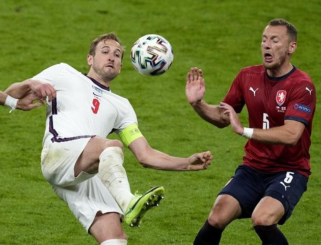Angličan Harry Kane (vlevo) a Vladimír Coufal.