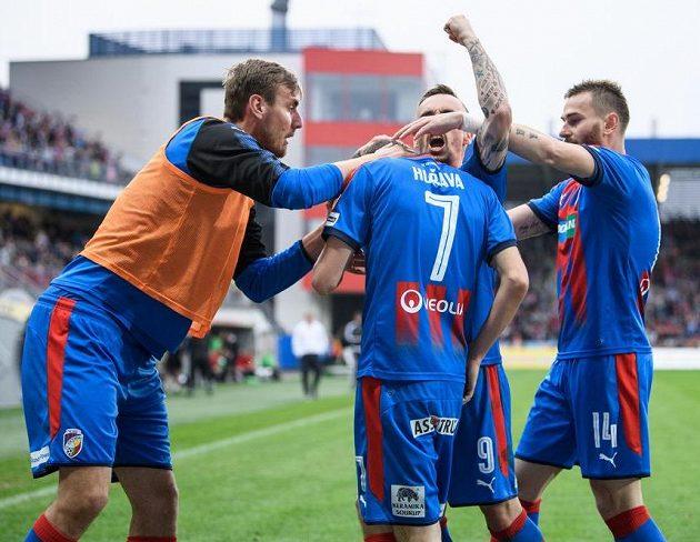 Fotbalisté Viktorie Plzeň (zleva): Tomáš Chorý, Tomáš Hořava, Martin Zeman a Radim Řezník oslavují gól na 2:2.