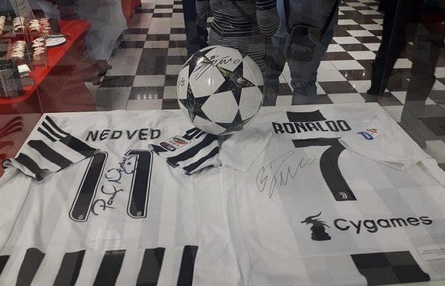 Pozdrav z Juventusu Turín - dresy Pavla Nedvěda a Cristiana Ronalda.