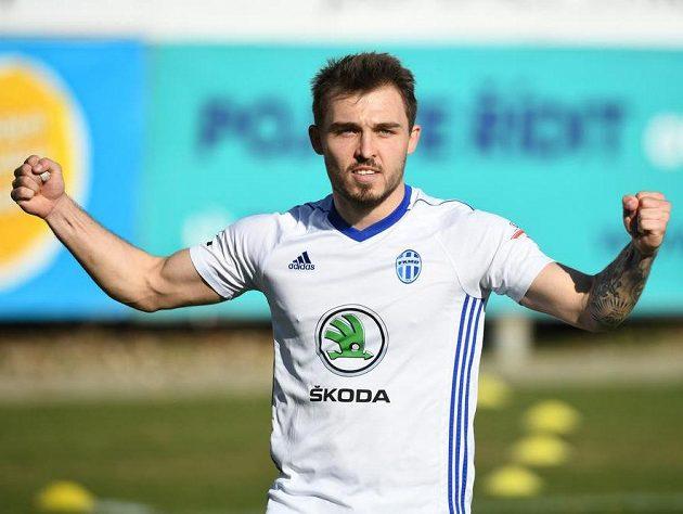 Tomáš Ladra z Mladé Boleslavi oslavuje gól z penalty na 1:0 během utkání s Karvinou.