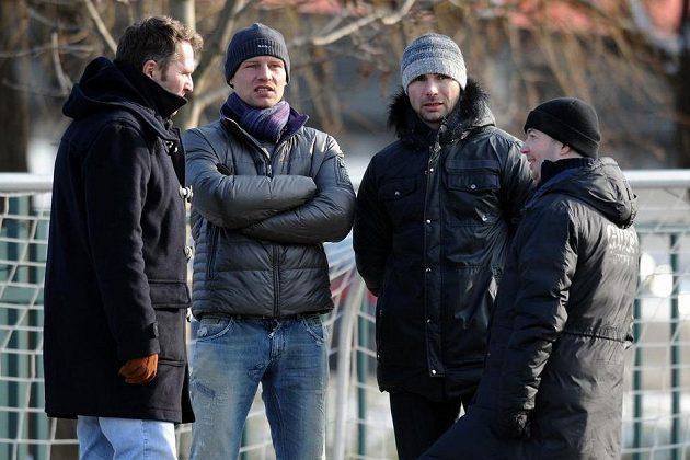 Obránce Jan Rajnoch (druhý zleva) a liberecký sportovní ředitel Jan Nezmar (druhý zprava) sledují utkání se Slavií.