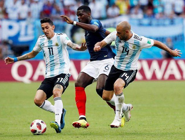 Argentinci Angel Di María (vlevo) a Javier Mascherano v souboji s Francouzem Paulem Pogbou.