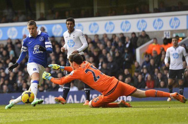 Brankář Tottenhamu Hugo Lloris zasahuje proti Kevinu Mirallasovi z Evertonu.