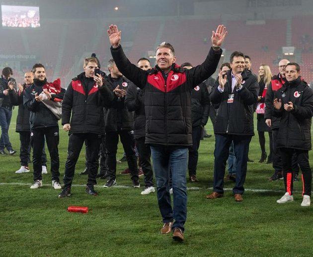 Trenér Slavie Jaroslav Šilhavý děkuje fanouškům.