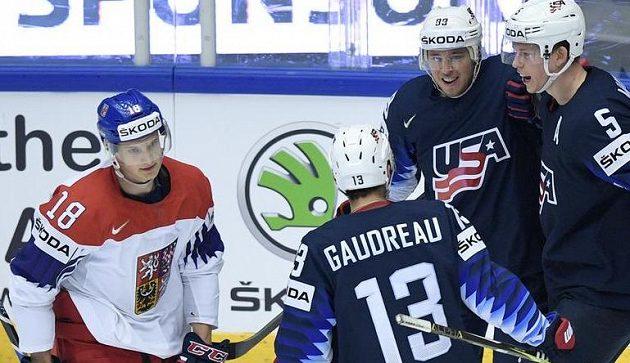 Čtvrtfinále MS: radující se hráči USA z gólu (zleva Johnny Gaudreau, Cam Atkinson a Connor Murphy). Zcela vlevo smutný Dominik Kubalík.