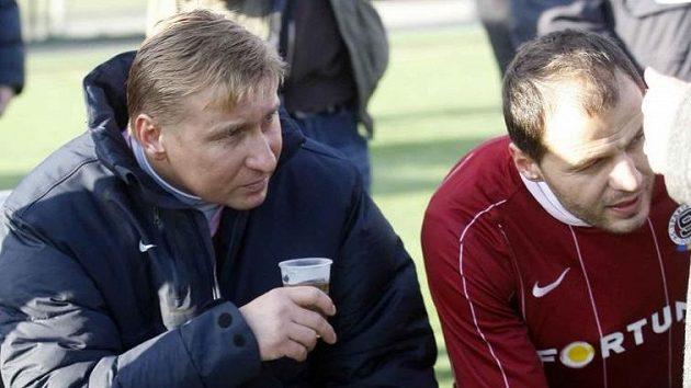 Bývalí letenští kanonýři Horst Siegl a Vratislav Lokvenc na lavičce během silvestrovského derby.