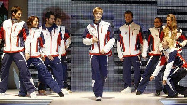 Krasobruslař Tomáš Verner (uprostřed) na přehlídce oblečení pro české olympioniky na ZOH ve Vancouveru