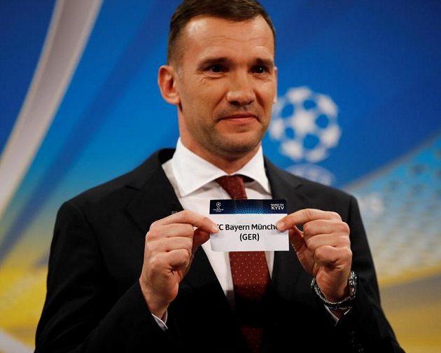 Ambasador Andrej Šeevčenko při losu semifinále Ligy mistrů.