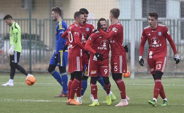 Hráči Olomouce se radují z branky, uprostřed střelec Milan Lalkovič.