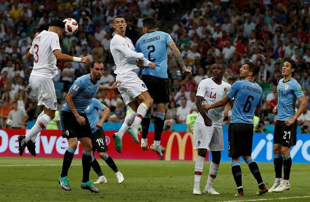 Portugalec Pepe vyrovnává na 1:1...