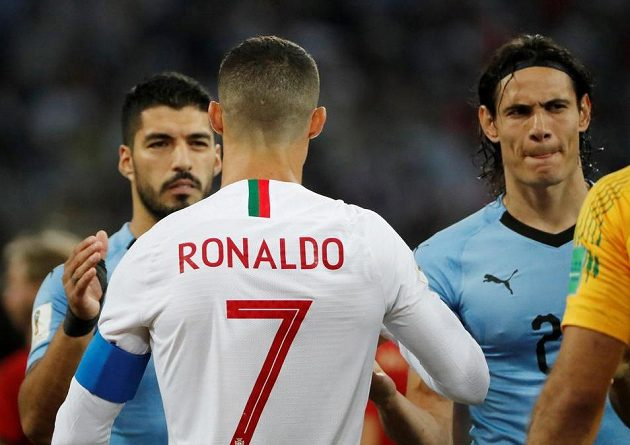 Setkání hvězd... Uruguayci Luis Suárez a Edinson Cavani a Portugalec Cristiano Ronaldo.