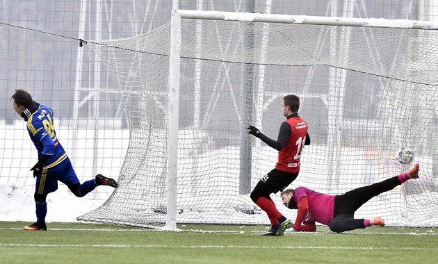 Davis Ikaunieks z Jihlavy (vlevo) dává druhý gól brankáři Táborska Michalu Tomovi. Uprostřed je Zbyněk Musiol z Táborska.