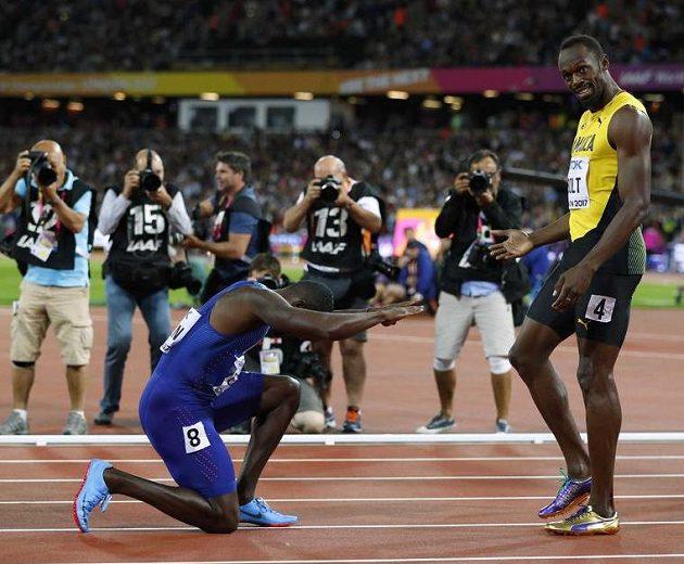 Vítěz (Justin Gatlin) se klaní poraženému (Usain Bolt)...