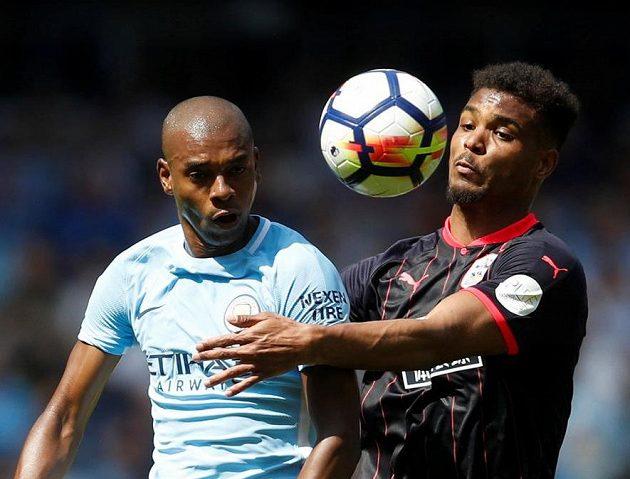 Fernandinho z Manchesteru City (vlevo) a Steve Mounie z Huddersfieldu.